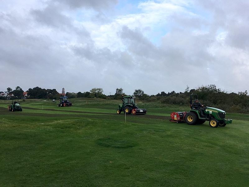 Fairways en Greens met holle pennen verlucht
